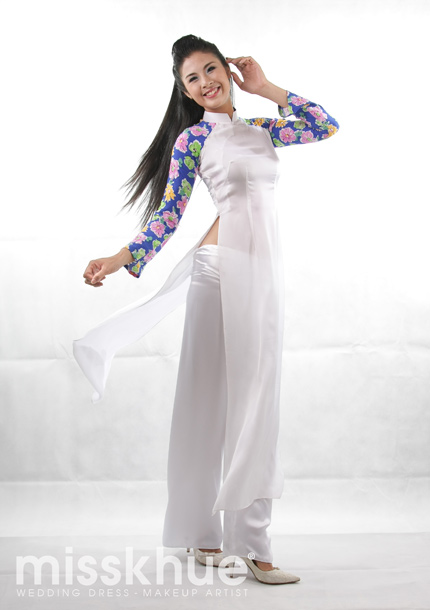 Hoa hậu Ngọc Hân mặc áo dài